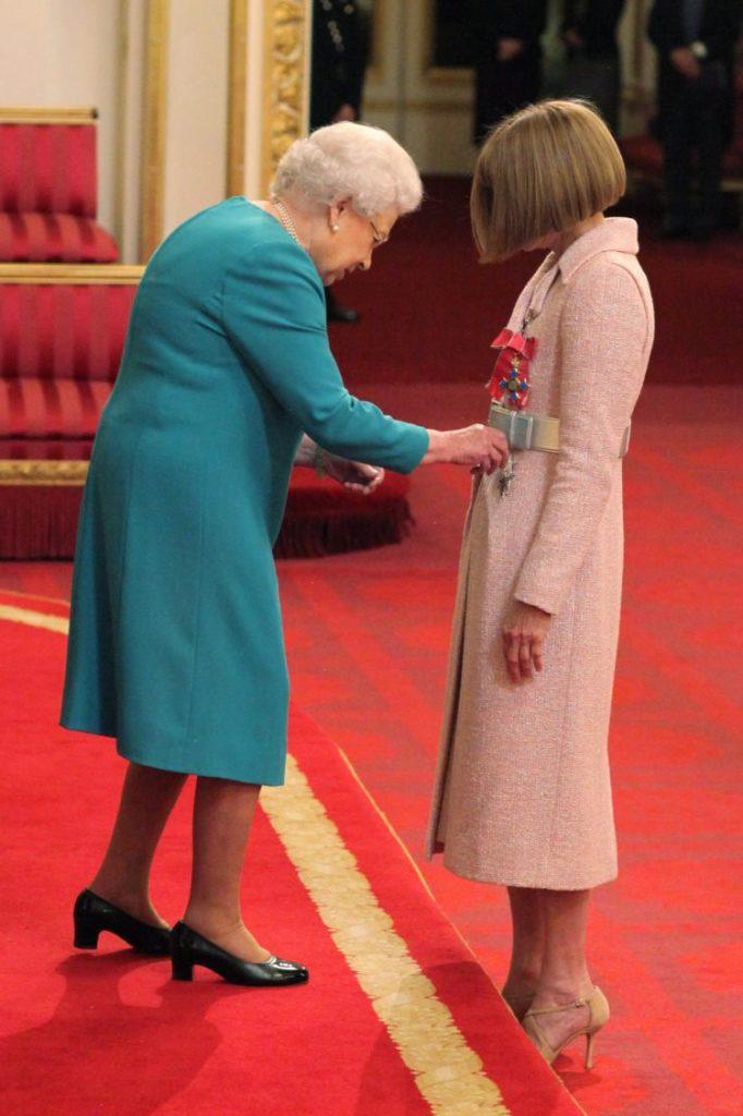 Anna Wintour Dame Commandeur CHANEL Elizabeth 2 Reine d'Angleterre Esprit de Gabrielle espritdegabrielle.com