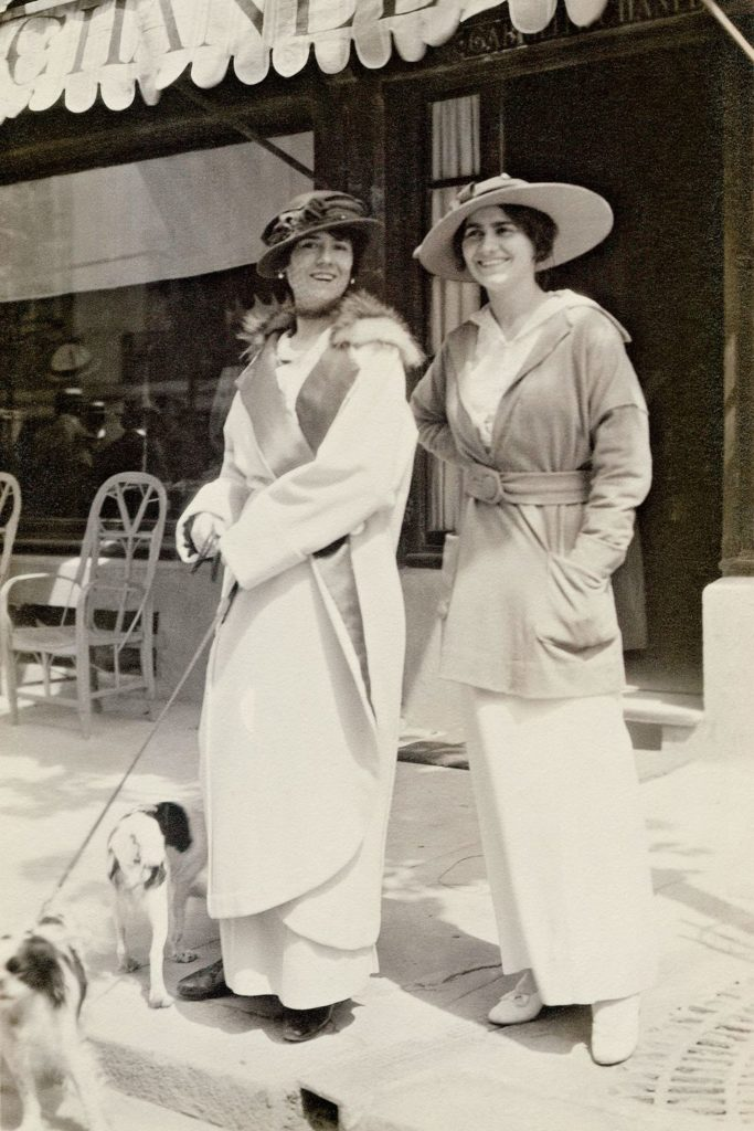 Gabrielle Chanel et sa tante Adrienne Deuville 1913 Esprit de Gabrielle espritdegabrielle.com