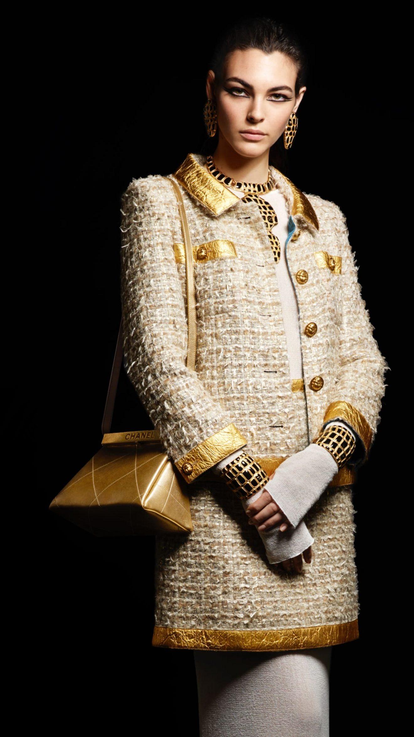 b3dd3ecdfa Pour la collection Paris – New York, Karl Lagerfeld a trouvé des parallèles  entre les antiquités précieuses et la passion de Gabrielle Chanel pour les  ...