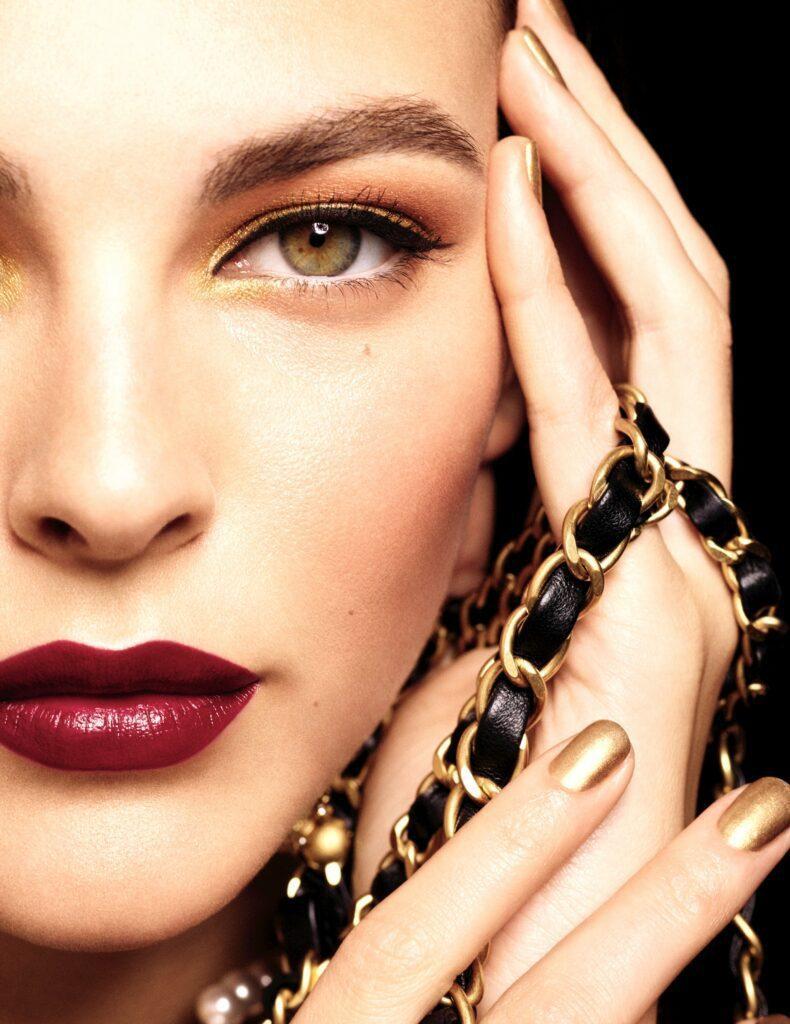 HOLIDAY 2020 - Les Chaînes d'or de CHANEL Vittoria Ceretti Esprit de Gabrielle espritdegabrielle.com